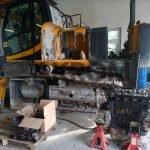 Stroj JCB po vybratí motora